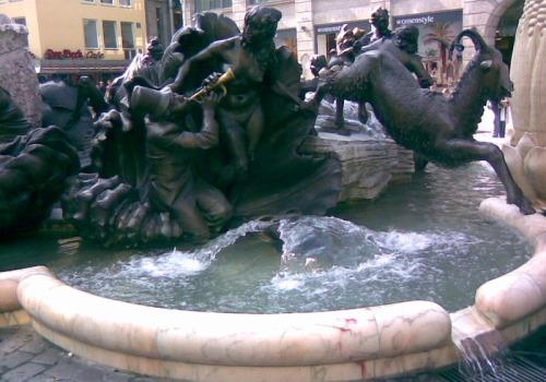 Знаменитый фонтан супружеская карусель