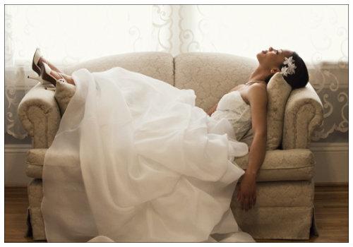 Невеста отдыхает на диване