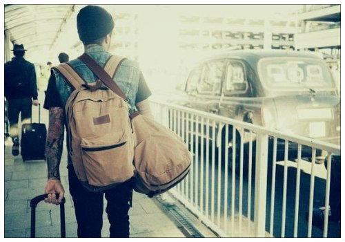 Человек с сумками.