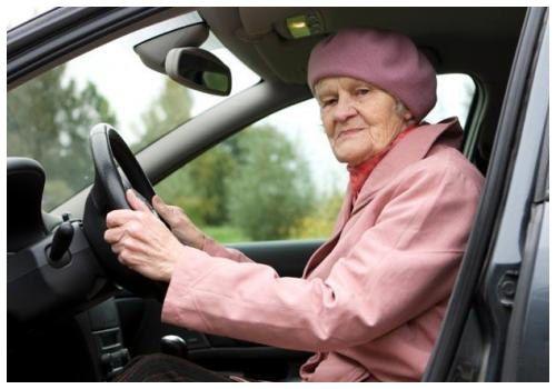 Бабушка за рулем машины
