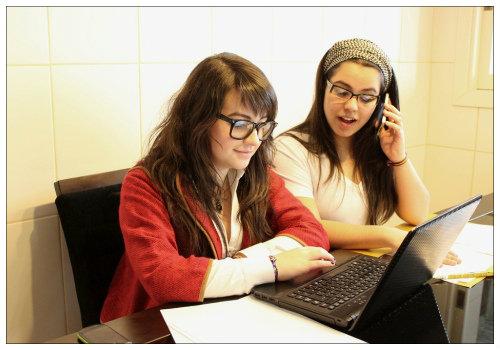 Девушки у компьютера.