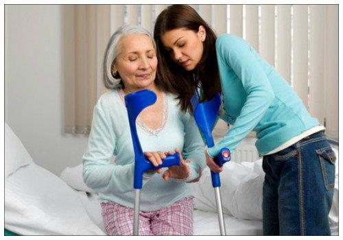 Бабушка на костылях