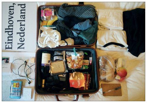 чемодан на кровати.