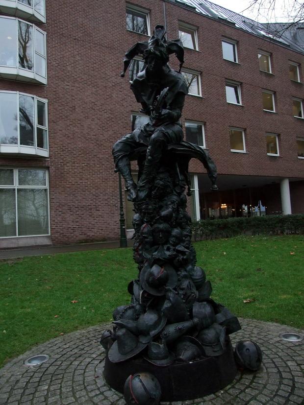 Памятник памятник шуту Хоппедицу в Дюссельдорфе.