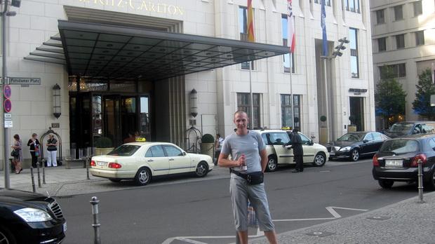 Около отеля Риц-Карлтон.