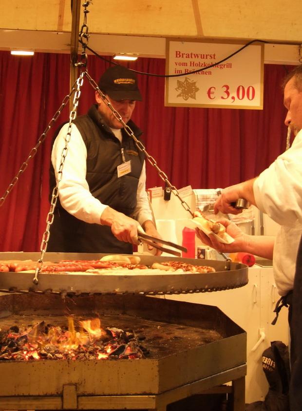 Немецкие колбаски на рождественской ярмарке.