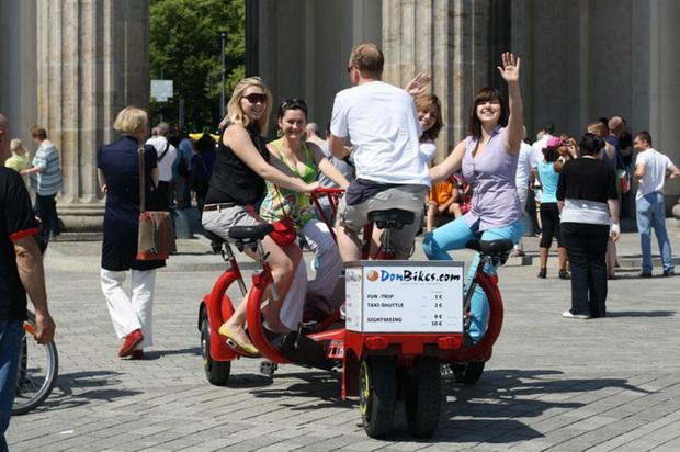 По Берлину удобно передвигаться на велосипедах.