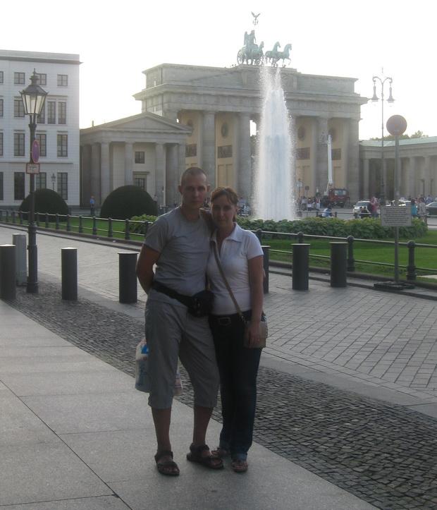 На фоне Бранденбургских ворот.