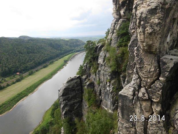Вид на Эльбу со смотровой площадки скал Саксонской Швейцарии.